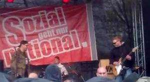 """Martin Rollberg als Gitarrist für """"Tätervolk"""" auf dem """"Eichsfelder Heimattag"""" der NPD 2012"""