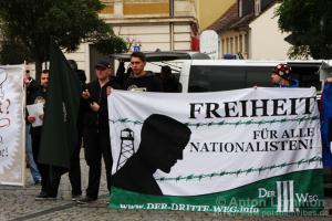 """Lukas Franz, links, am Transparent """"Freiheit für alle Nationalisten"""" der neonzistischen Partei """"Der III. Weg"""" am 25. Oktober 2014 in Brandenburg an der Havel."""