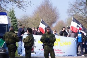 Lucas Franz, dritter von rechts mit Kapuze und Sonnenbrille, am 25. März 2012 auf einer spontanen neonazistischen Kundgebung in Grube