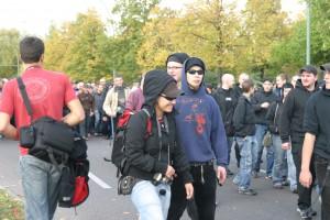 Melanie Witassek als Anti-Antifa-Fotografin am 21. Oktober 2006 in Berlin-Tegel. Hinter ihr zu sehen sind Sebastian Glaser (Sonnenbrille) und Tom Singer.