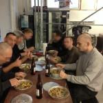 Der Neonazi Ronny Schapkowski (rechts) beim Essen mit seinen Freunden aus der Selbsthulfewerkstatt