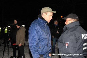 """Der NPD-Kader Maik Schneider am 20. Januar 2016 auf der """"Pogida""""-Demo - er trat in Verhandlung mit der Polizei um doch noch einen Aufmarsch durchführen zu können"""