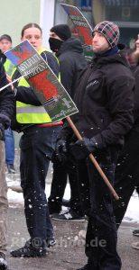 """Tony Schmidt mit Schild von """"Der III. Weg"""" am 17. Januar 2016 auf einem Neonazi-Aufmarsch in Genthin"""