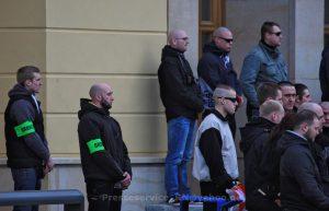 """Tony Schmidt (2. v. l.) als Ordner am 21. Februar 2015 auf einer neonazistischen Demonstration von """"Der III. Weg"""" in Eisenhüttenstadt"""