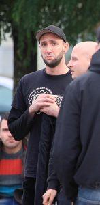 Neonazi Tony Schmidt am 25. Oktober 2014 in Brandenburg/Havel. Rechts daneben im Profil Christian Helmstedt.